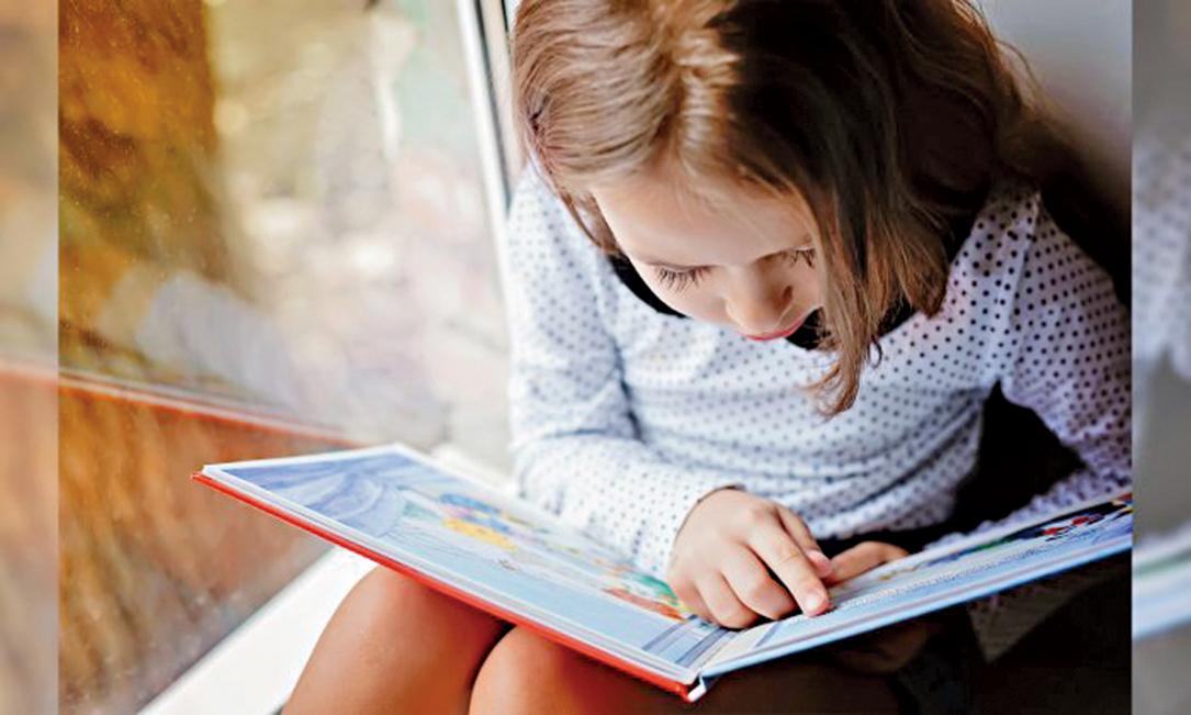 研究人員發現,即使孩子可以自己閱讀,但是父母為孩子朗讀會培養出孩子強烈的同理心和敏銳的智力。 (Illustration – Shutterstock)