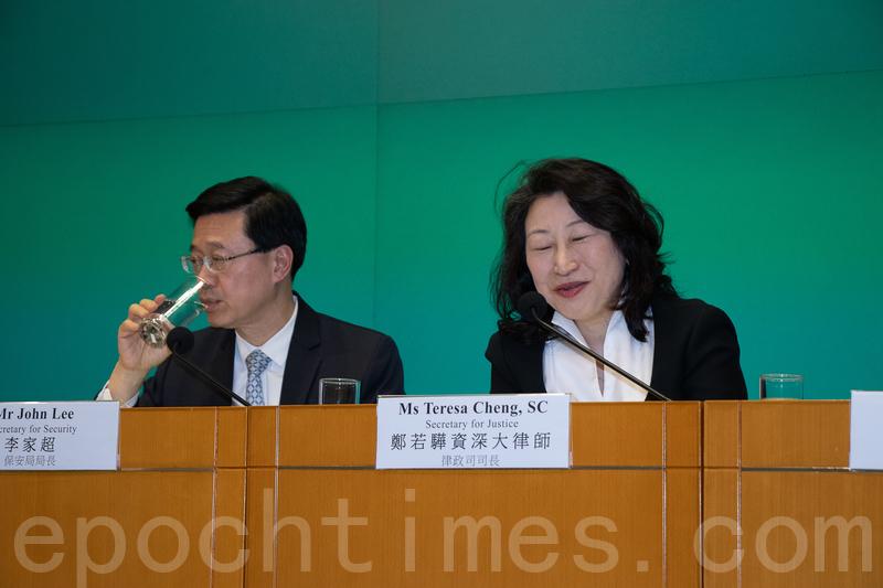 律政司司長鄭若驊(右)。(大紀元資料圖片)