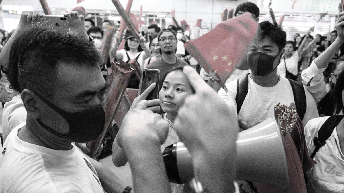 一批親中共者12日跑到元朗地鐵站,搖中共血旗吶喊,諷刺的是,事後他們把中共血旗全部被塞進垃圾桶。(PHILIP FONG/AFP/Getty Images)