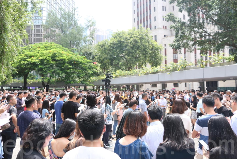 圖為9月13日,香港白領一族在中環、太古同步快閃合唱,持續要求「五大訴求,缺一不可」。(大紀元 / 葉依帆)