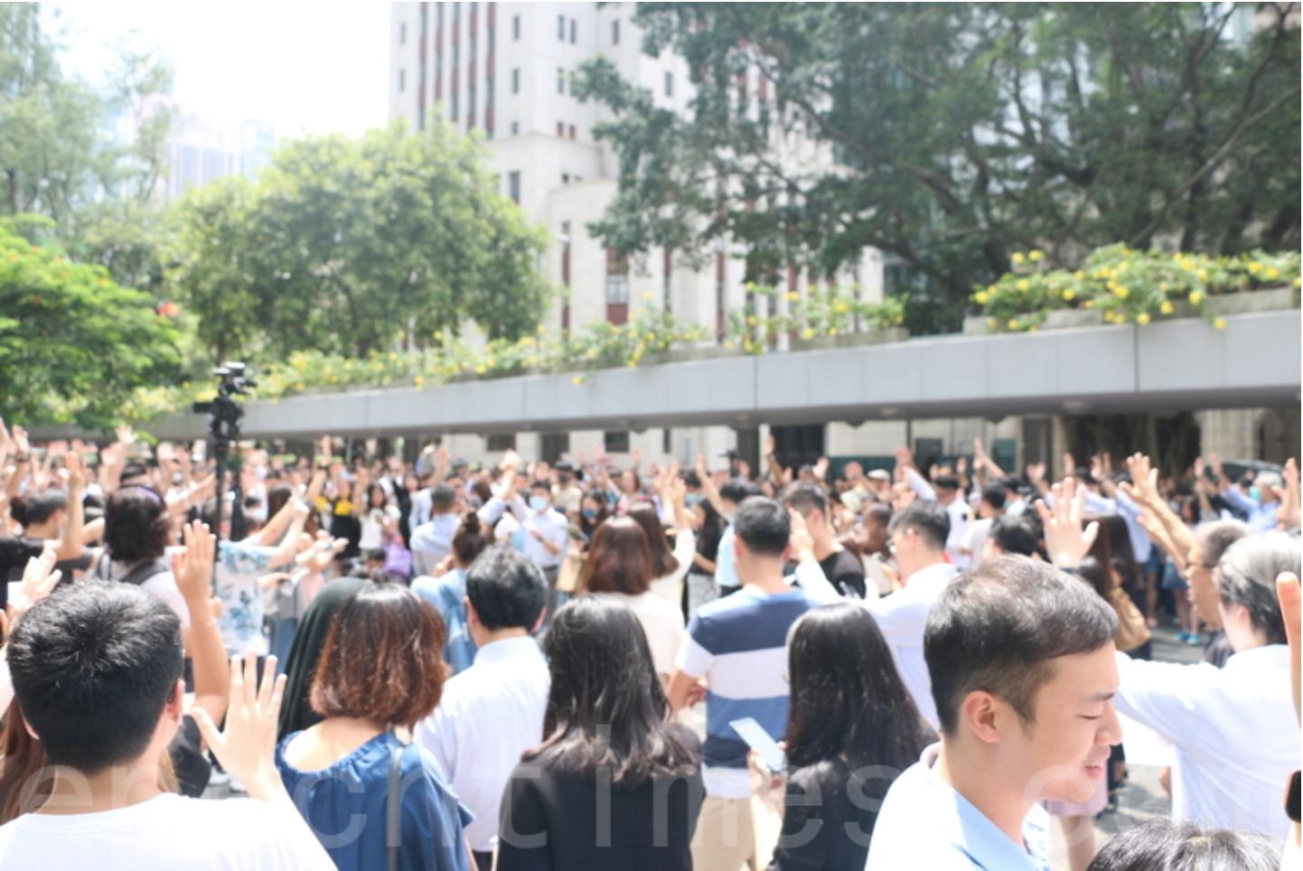 在繼《願榮光歸於香港》這首歌曲第一次隆重出場後,今日(9月13日)下午1時,來自香港各界的白領一族數百人齊聚中環遮打花園進行同步快閃合唱此首歌曲,並持續要求「五大訴求,缺一不可」。(葉依帆 / 大紀元)