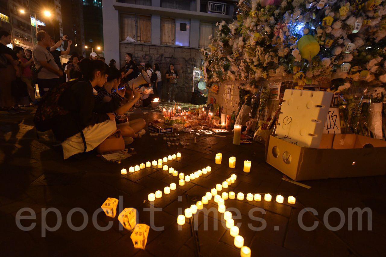 13日中秋夜,大批香港市民到太子站追悼8.31被打死的港人。(文瀚林/大紀元)
