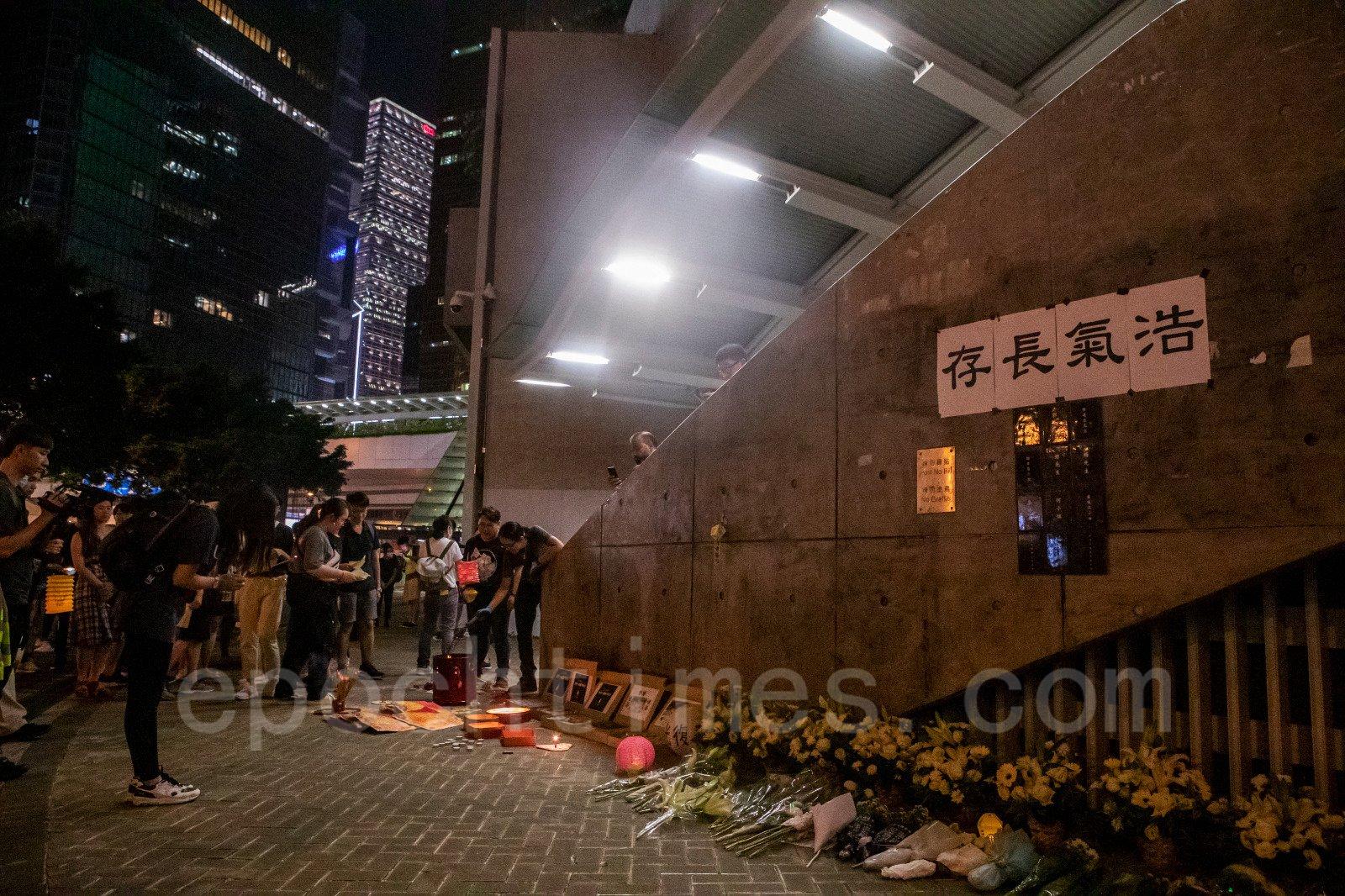 13日中秋夜,不少市民在金鐘慶中秋,連儂牆貼「浩氣長存」追憶「反送中」義士。(余鋼/大紀元)