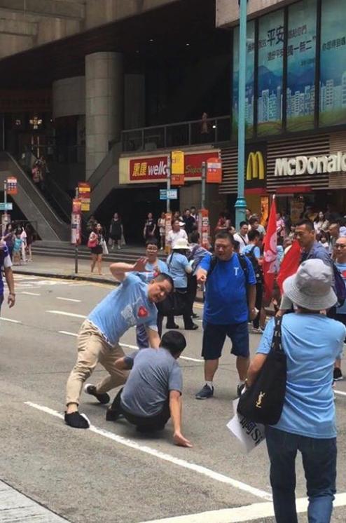 有組織藍衣人現炮台山 揮旗唱歌打人拆連儂牆