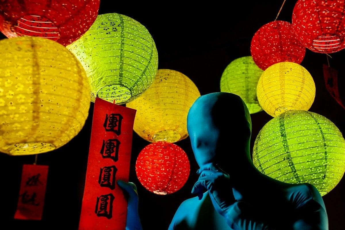 香港消防局中秋出謎題,10個燈籠,4紅,3黃,3綠,引發市民猜想。(消防局FB截圖)