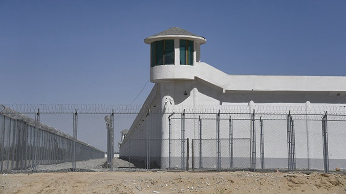 中共近年來將數百萬新疆人關入再教育集中營。 (GREG BAKER/AFP/Getty Images)
