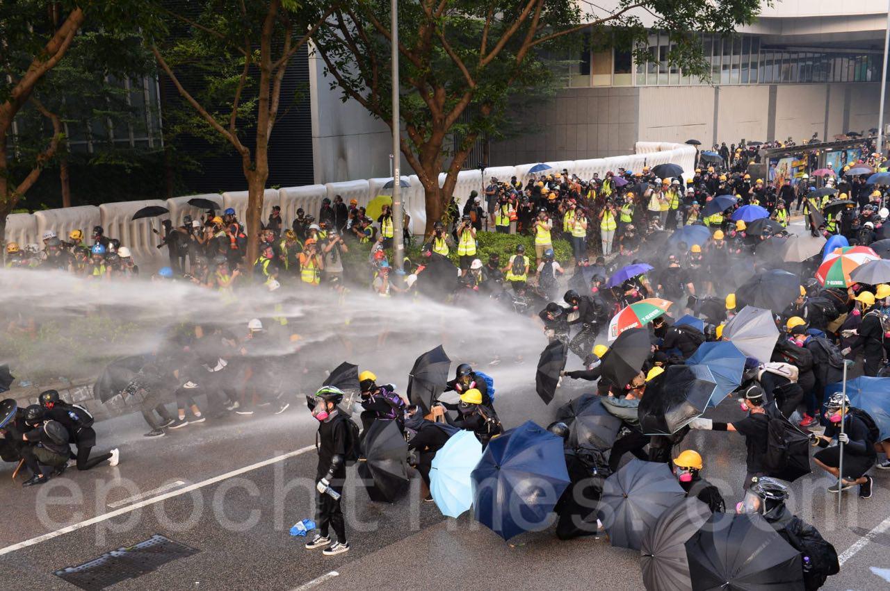 15日港警與抗議市民在中環一代對峙,中環附近的金鐘站,灣仔站已關閉。(宋碧龍/大紀元)