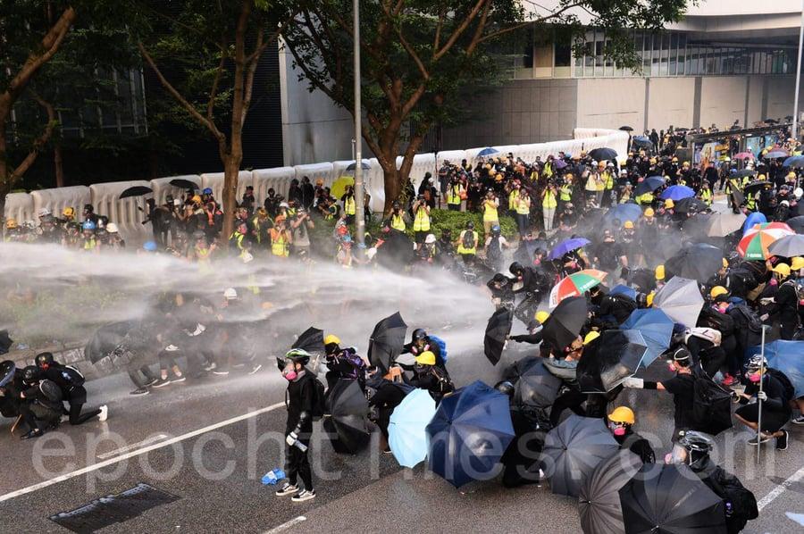 【9.15反送中組圖】警民中環對峙 港警發射催淚彈驅散抗議人群