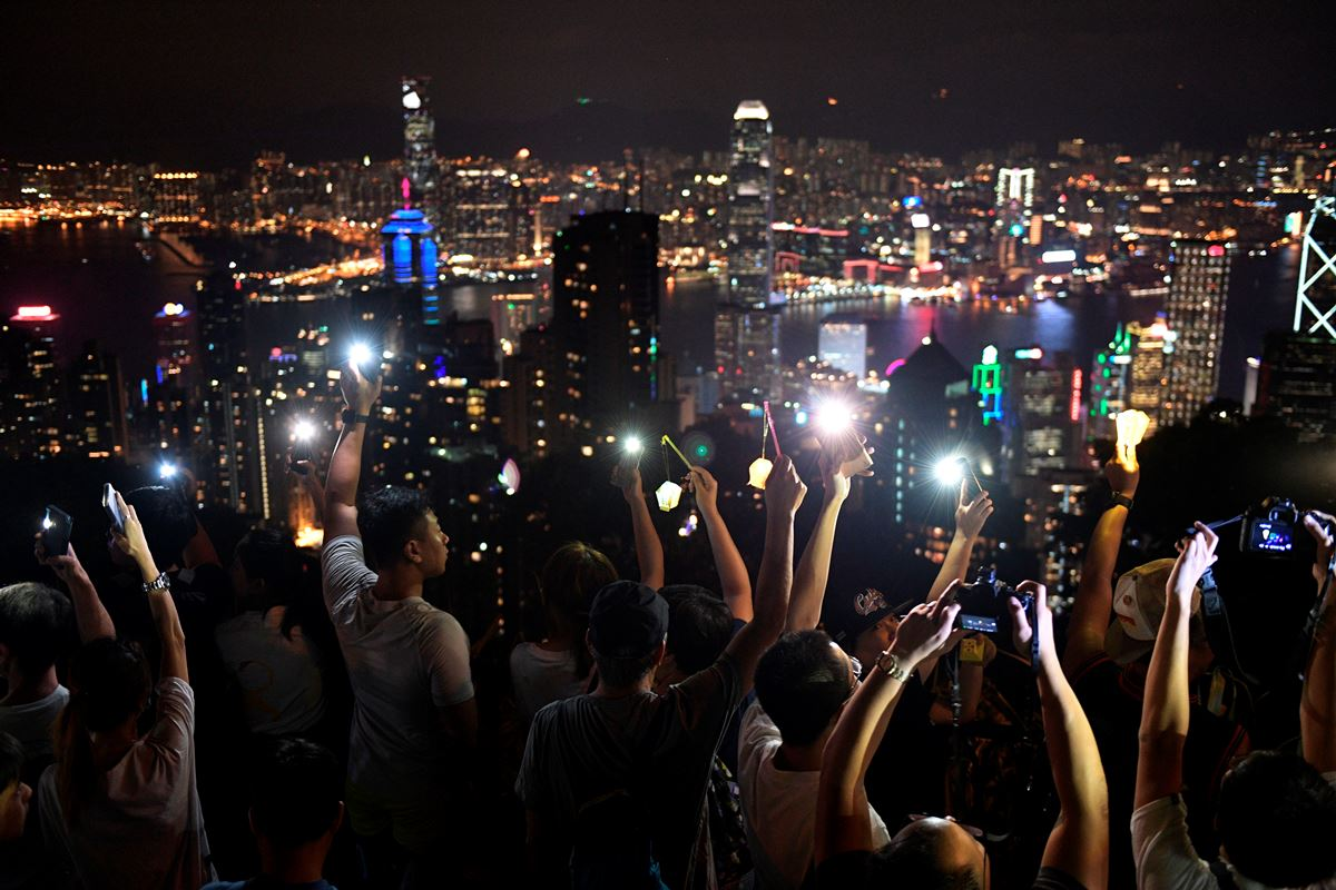 農曆八月十五中秋夜,香港市民在各山嶺上築起人鏈慶中秋,並亮起手機燈燈籠和高唱《願榮光歸香港》。圖為香港太平山頂。(NICOLAS ASFOURI/AFP/Getty Images)