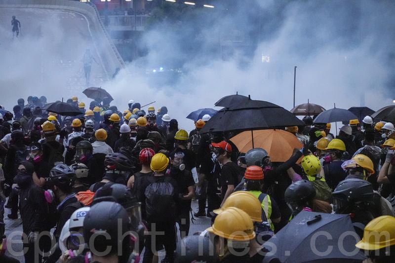 8月31日,港人發起不同形式的活動,繼續抗議反送中惡法。圖為灣仔,警民對峙,隨後警察施放催淚彈驅散示威者。(余鋼/大紀元)