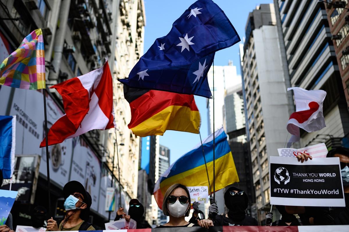 9月15日,抗爭者集會期間,警察與市民再度發生衝突並一度出動水炮車和施放摧淚彈。集會人士手持各國國旗以表達對該國家聲援港人民主抗爭的謝意。(PHILIP FONG/AFP/Getty Images)