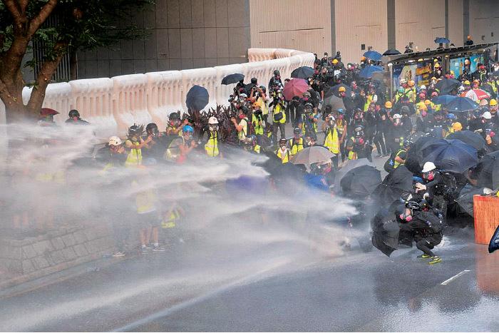 警方昨日再出動水炮車,並首次直接射向聚集市民。(宋碧龍/大紀元)