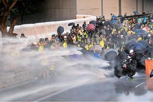 市民在多區遭警方及白衣人圍襲
