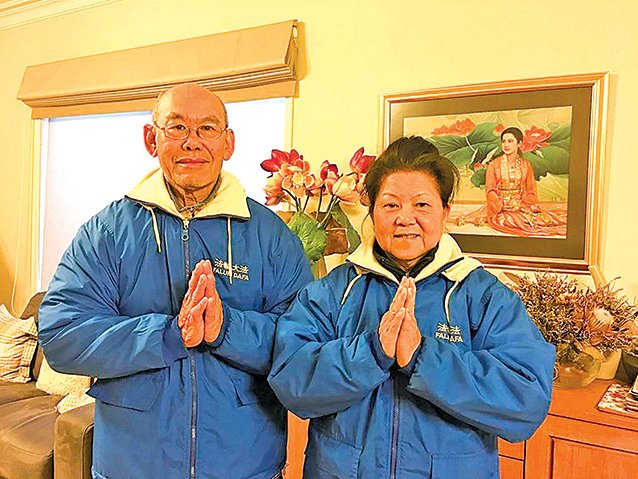 來自馬來西亞的大法弟子安吉拉和先生恭祝師尊中秋快樂。( 明慧網)