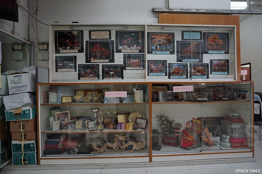 如今擺放在大坑坊眾福利會的歷史照片及獎盃,希望未來在大坑火龍文化館建好後再展出給市民、遊客參觀。(曾蓮/大紀元)