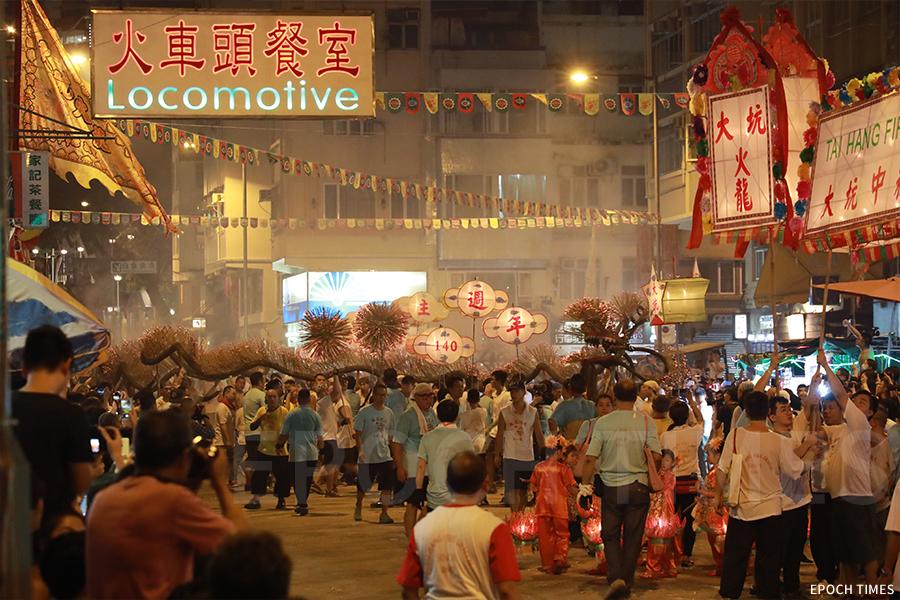 火龍穿梭在大坑的大街小巷,氣氛熱鬧。(陳仲明/大紀元)
