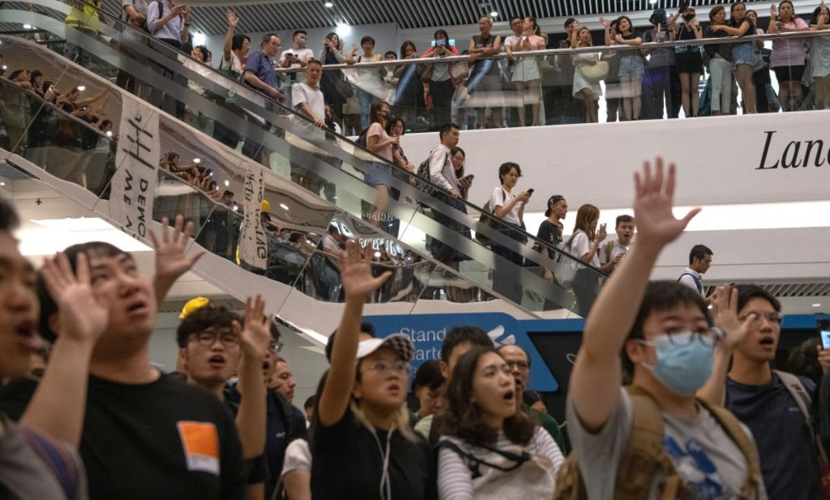 香港民眾2019年9月12日在時代廣場購物中心齊唱抗爭歌曲「Glory to Hong Kong」(《榮光歸於香港》),表達為爭取香港的民主自由抗爭到底的決心。(Carl Court/Getty Images)
