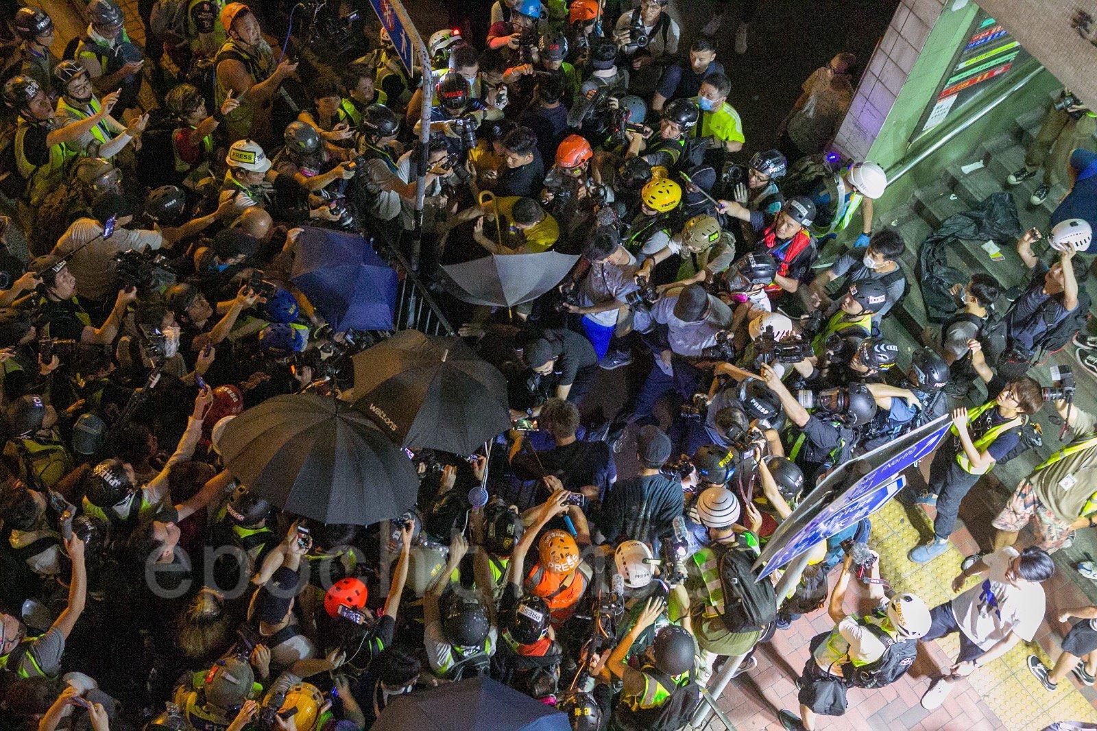 9月15日,在香港砲台山發生撐警的福建幫製造事端,毆打一般民眾,警察特意放走製造事端者的事件。(楊家豪/大紀元)