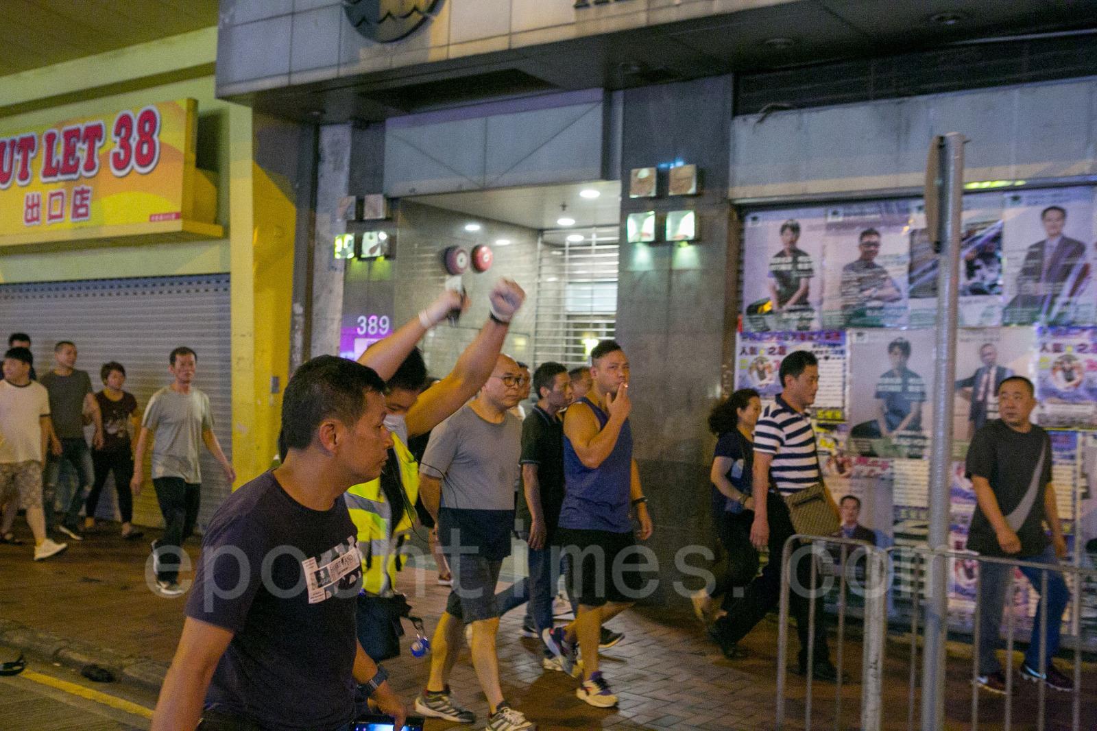 9月15日,在香港砲台山發生撐警的福建幫製造事端,毆打一般民眾,警察特意放走製造事端者的事件,圖為製造事端的福建幫成員。(楊家豪/大紀元)