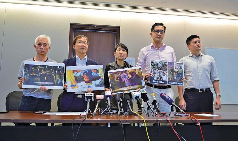 民主派議員譴責警方在拘捕毆鬥的黑衣人及藍衣人時,「親疏有別,雙重標準,濫用私刑」。(余天佑/大紀元)