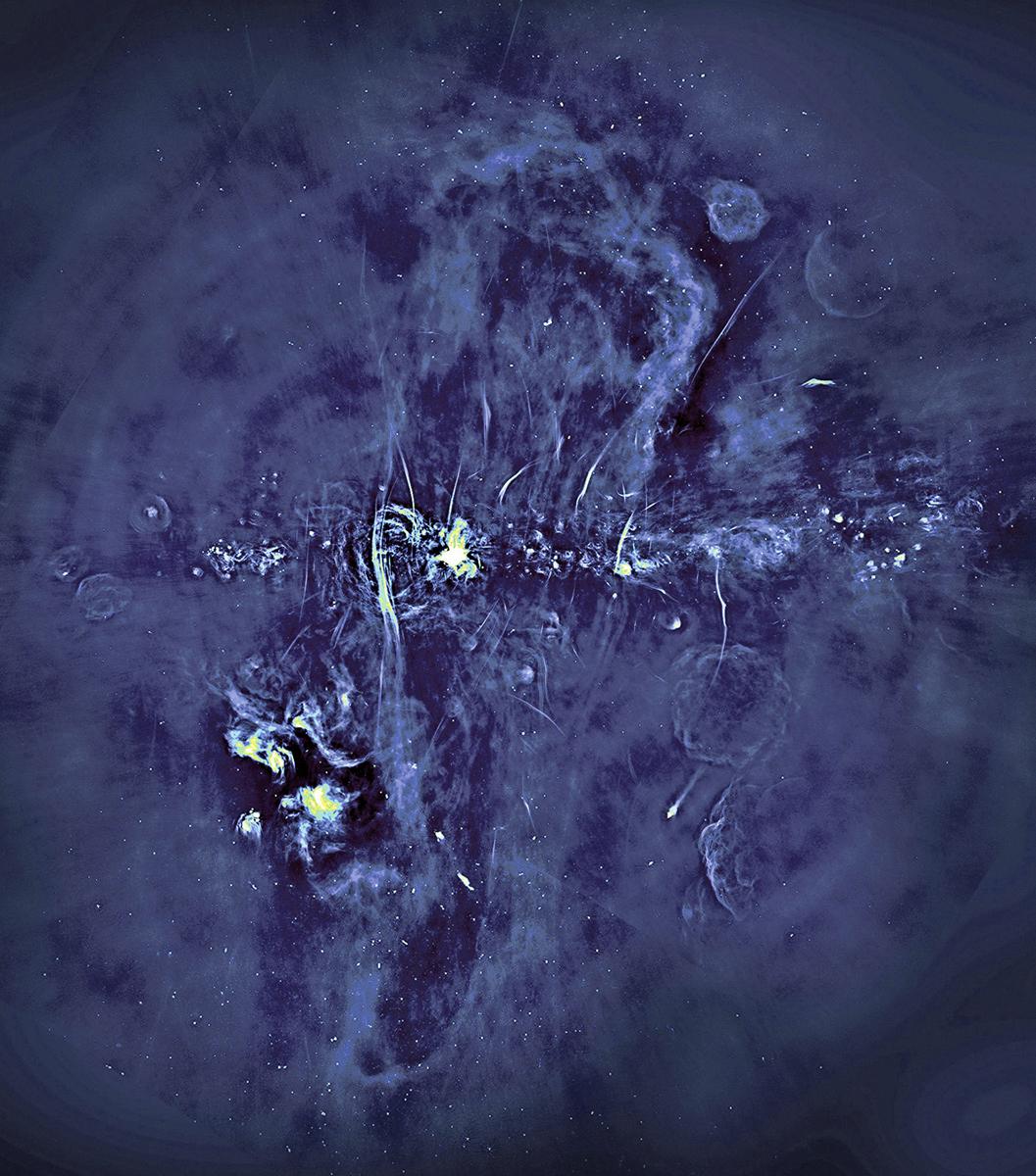 銀河系中心的射電照片。圖片中心橫向明亮結構是銀河系所在平面,縱向對稱的大尺度結構是這次發現的射電氣球。(Oxford, SARAO)