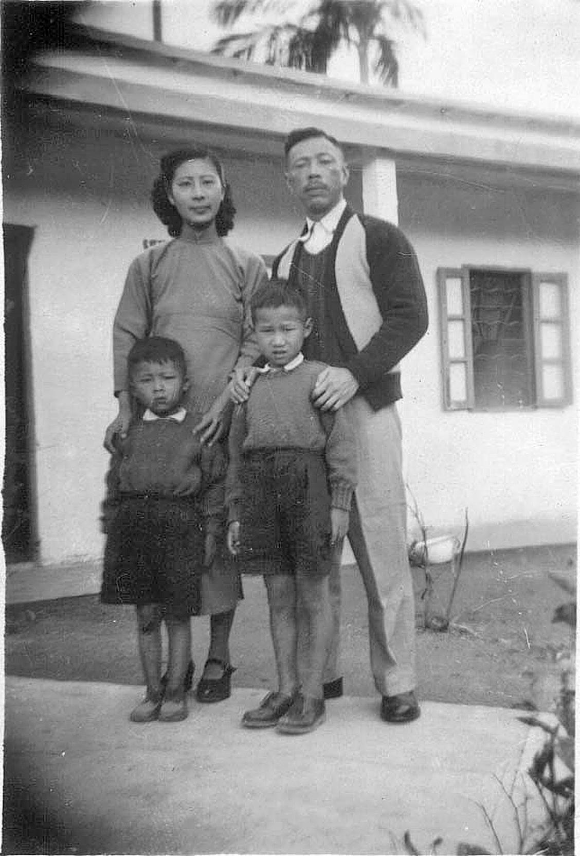 我們一家四口臨離開九龍牛池灣難民營,即將乘船赴台灣之前所攝,背景中的房子不是我們住的那個鐵皮屋,大概當時父母親覺得它「不堪入鏡」吧(作者提供)