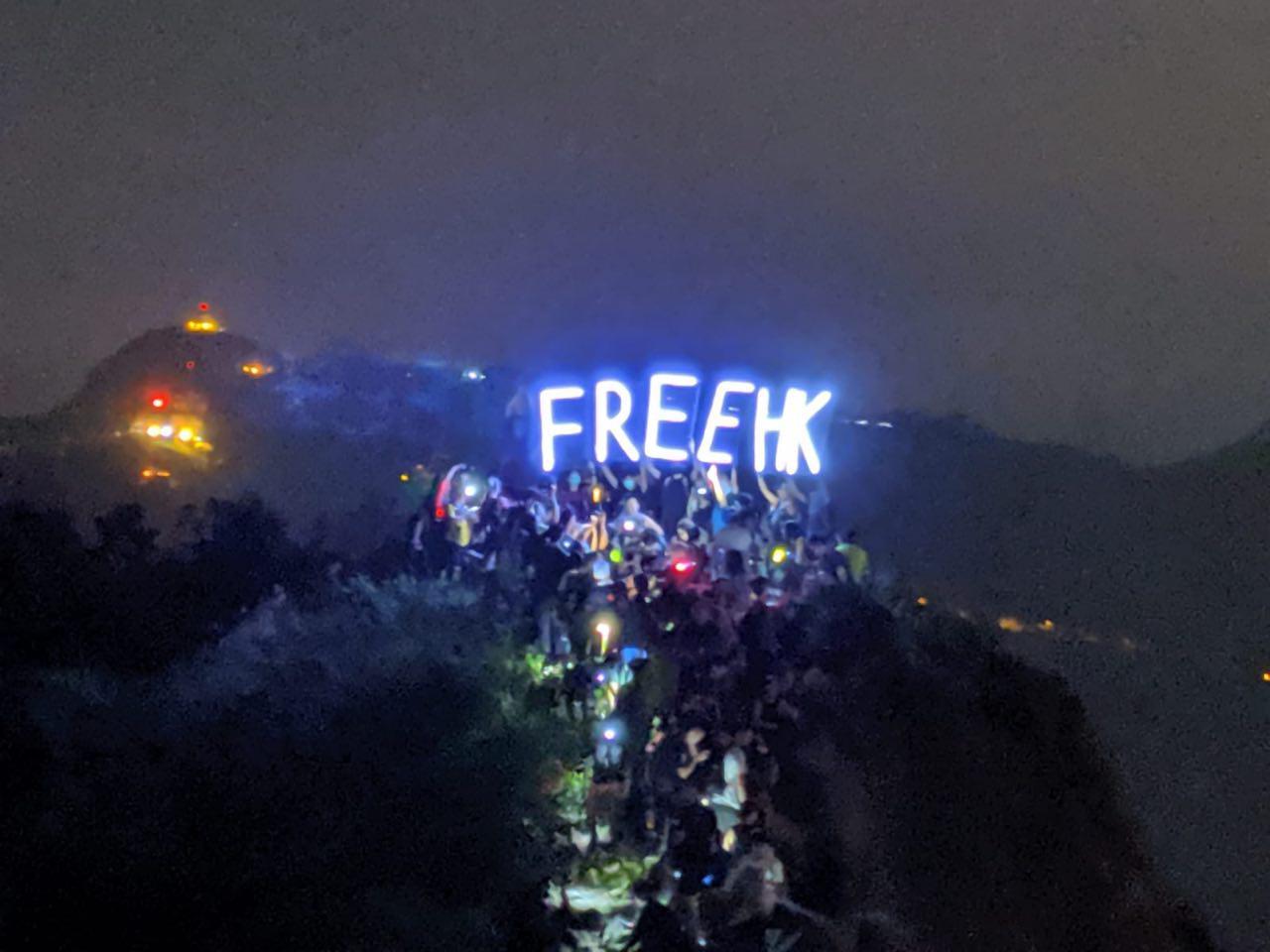 9月13日,香港市民在獅子山頂上打出「FREEHK」的訴求。(黃曉翔/大紀元)