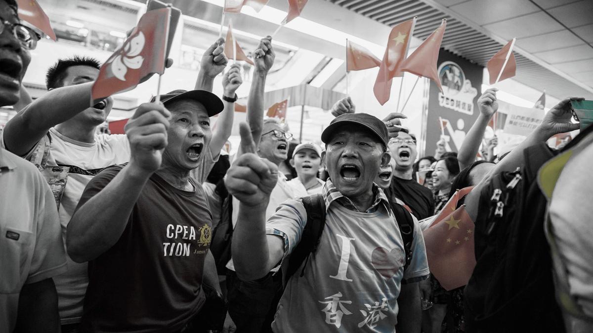 香港局勢持續惡化,過去幾天內多區發生搖中共血旗的親共者毆打香港反送中抗爭者事件。(ISAAC LAWRENCE/AFP/Getty Images)