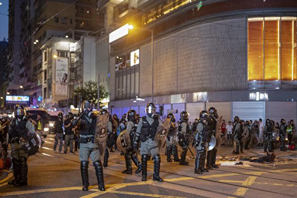 圖為2019年9月15日,香港民眾參與銅鑼灣遊行到金鐘政府總部,警察施放催淚彈清場。(余鋼/大紀元)
