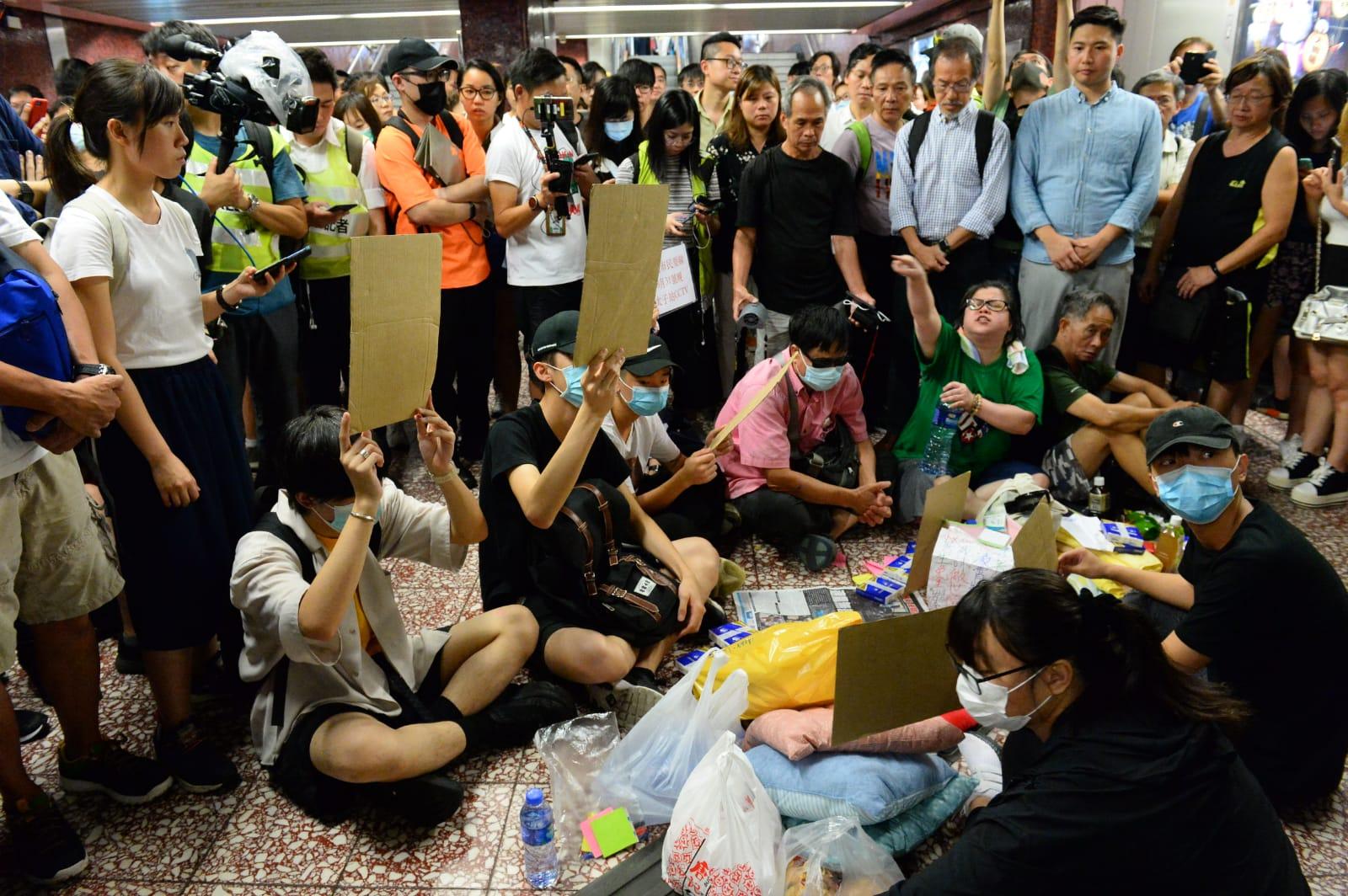 8·31太子警察恐襲事件後,警察打死人的傳聞不斷,香港市民要求港鐵公開8.31當晚CCTV錄影,近期有學者分析指近期自殺案與暴力鎮壓存在可疑的「巧合」。(宋碧龍/大紀元)