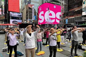 法輪功引人注目 紐約時代廣場上大煉功