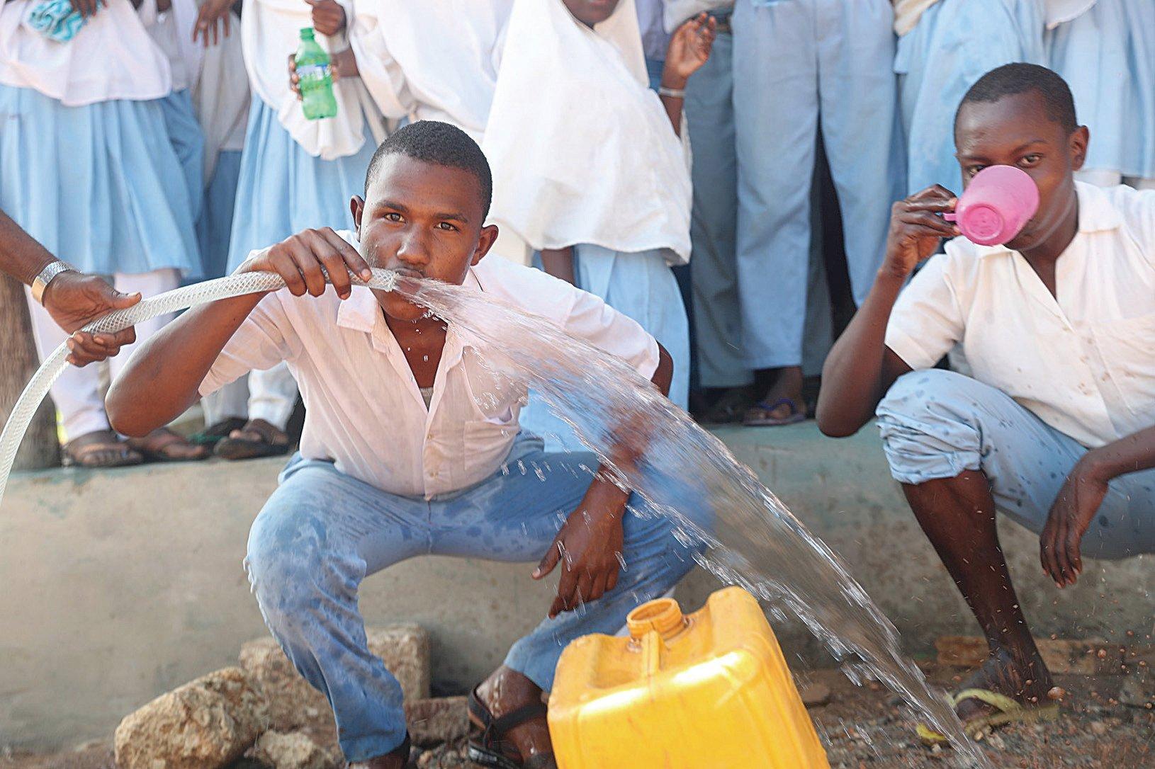 居住證肯亞的昆加村民終於可以飲用乾淨的淡水。(GivePower)