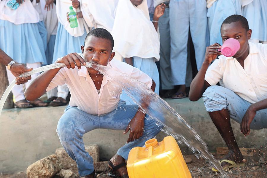首座太陽能海水淡化廠 讓非洲人不用跟動物搶水用