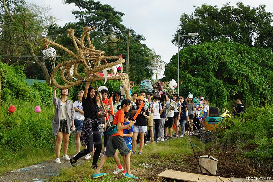 坪輋火龍活動吸引了不少義工參與,將熱鬧的氣氛帶入壁畫村。(陳仲明/大紀元)