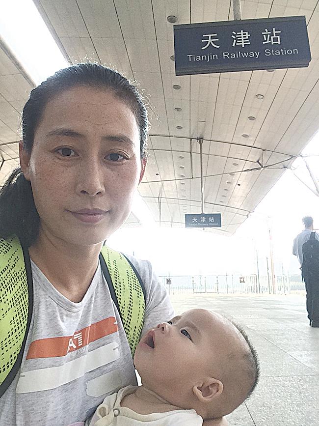 2016年5月,原珊珊抱著女兒去天津找丈夫。(作者提供)