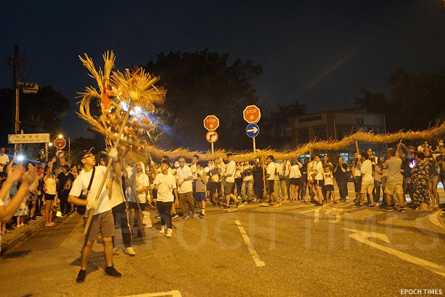坪輋的火龍意在與眾人同樂,共同參與社區活動。(曾蓮/大紀元)