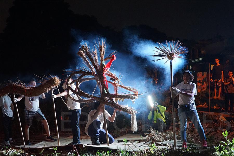 中秋夜,義工一路舞動火龍,來到壁畫村的農田中。(曾蓮/大紀元)