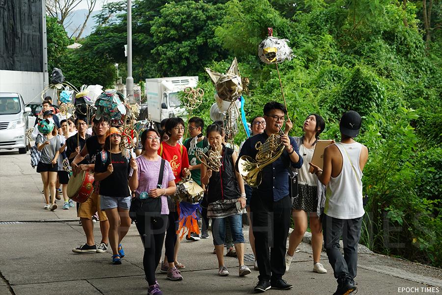 中秋節翌日,眾義工攜環保手工作品在壁畫村巡遊。(陳仲明/大紀元)
