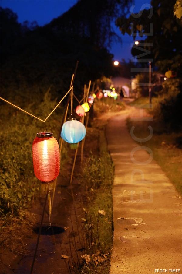 中秋來到坪輋壁畫村,一路經過掛滿花燈的田間小路,更添一分浪漫。(陳仲明/大紀元)