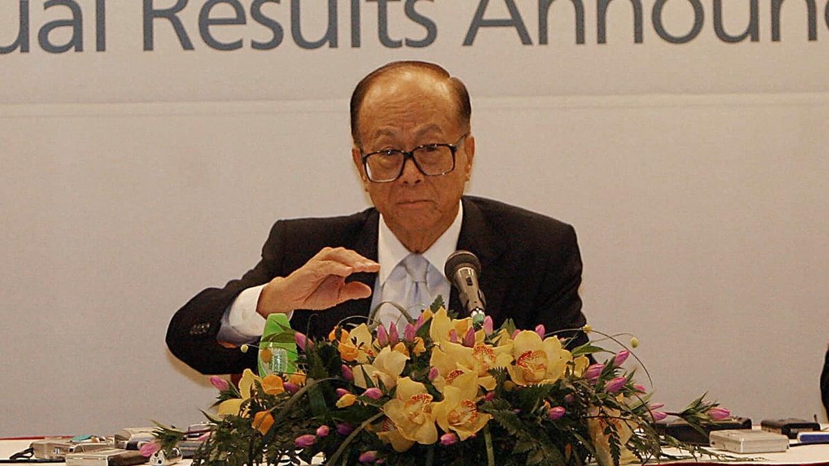 李嘉誠公開呼籲當權者對香港未來主人翁網開一面之後,中共幾大官媒,對李嘉誠的圍剿到了空前的地步。( MIKE CLARKE/AFP/Getty Images)