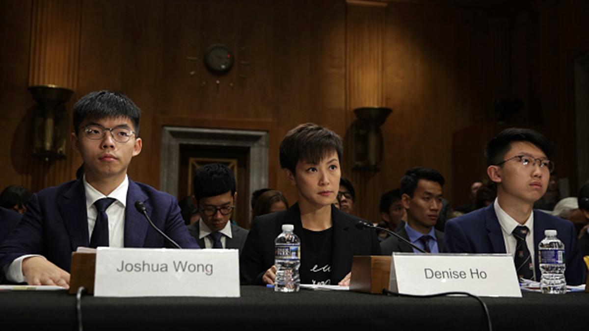 「香港眾志」秘書長黃之鋒(左)、歌手何韻詩(中)等社運人士9月17日出席美國國會的聽證會,呼籲國會通過《香港人權與民主法案》。(Alex Wong/Getty Images)