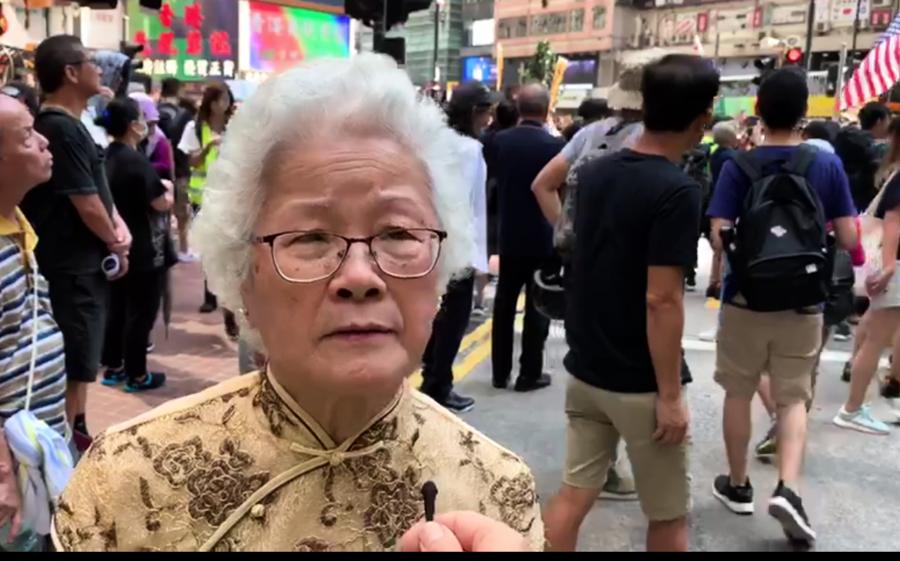 75歲「民主婆婆」上街撐年輕人「 保護香港是我們應有的責任」