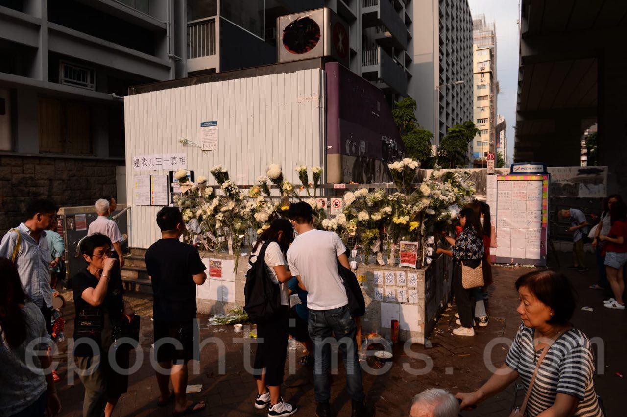 18日,當局出動人員拆除了港鐵太子站祭台後,民眾陸續又建起了新的祭台,擺放上了鮮花。(宋碧龍/大紀元)