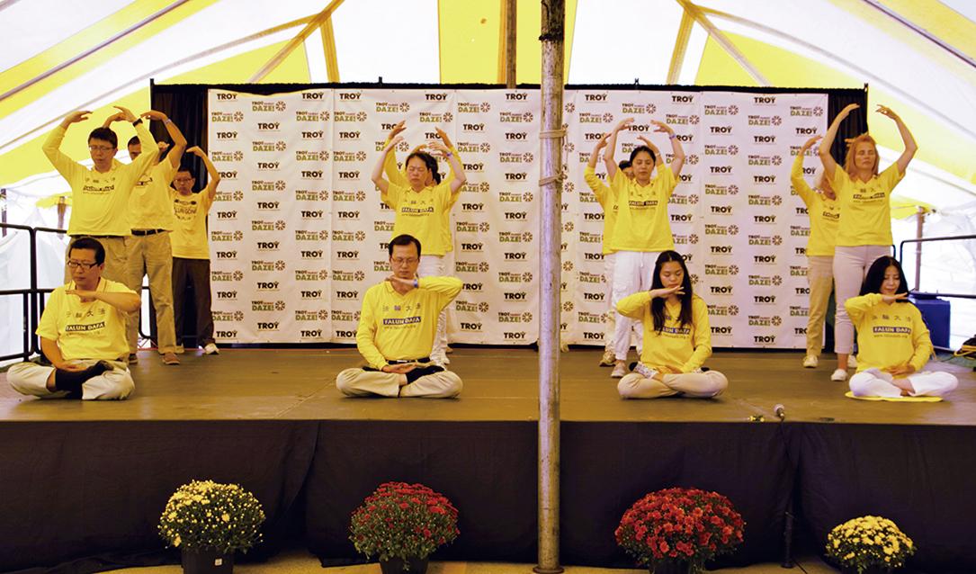 法輪功團體第三次應邀參加了特洛伊市家庭狂歡節中的「國際日」帳篷內的表演活動。(尹婉/大紀元)