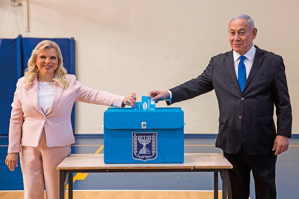 9月17日,現任以色列總理內塔尼亞胡與夫人去投票點投票。這是以色列半年內第二次大選,結果預計18日才會公佈。(AFP)
