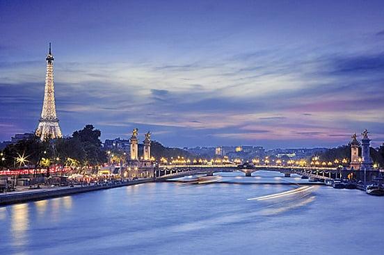飛碟光照亮花都巴黎天際。