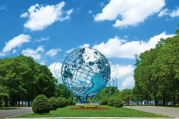 紐約法拉盛草原公園,有第一集中被墜落太空船摧毀的巨大地球模型。