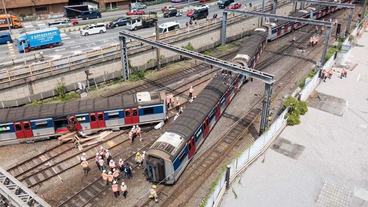 圖為港鐵列車出軌現場。(ANTHONY WALLACE/AFP/Getty Images)