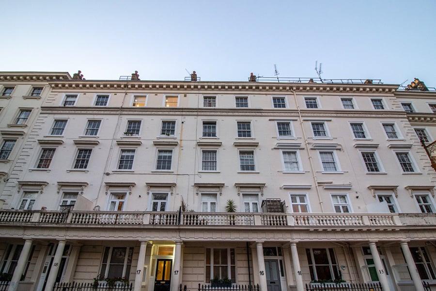 除了二手樓One Move Group也提供英國樓花供客戶選擇,財務長vicky是專業投資評估師,在地經營英國房地產,介紹投資客高收益優質建案。(One Move Group提供)