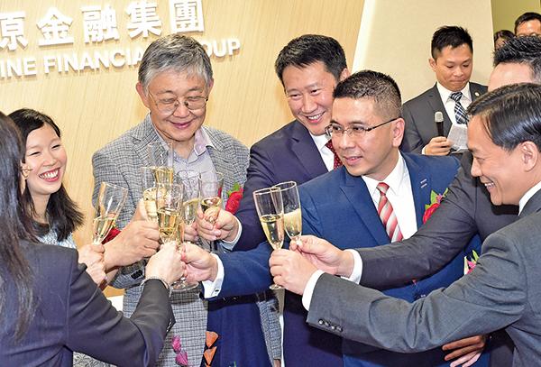 中原集團主席兼總裁施永青(左三)昨在中原金融集團的喬遷開幕儀式提到,香港在金融業務方面,短期3至5年仍有空間發展。( 郭威利/大紀元)